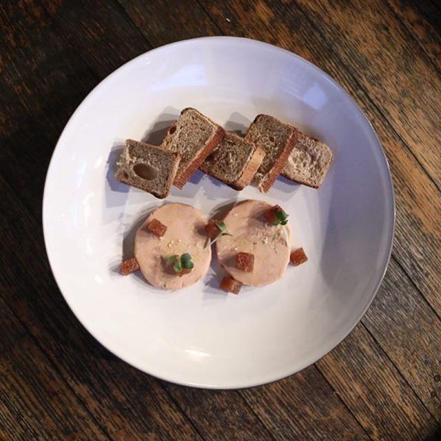 Qu'on se le dise ... un foie gras de qualité mérite un pain d'exception 🥰 ! Et puis, c'est «de saison» dira-t-on... #winteriscomingback