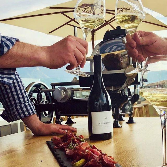 Bonne nouvelle, @tacave.ch arrive à #Vevey ! Du soleil, du bon vin 🍷 et des planchettes savoureuses ! On murmure que @lameule serait aussi de la partie ? Stay tuned 😎 on se voit sur le rooftop 🔅