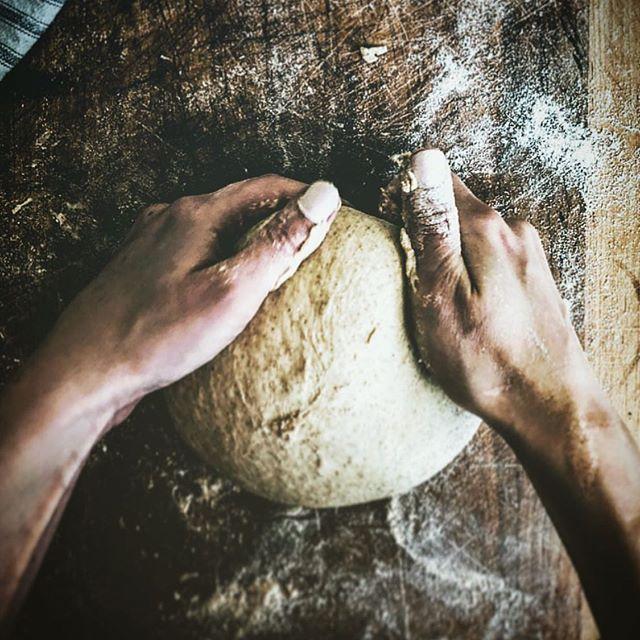 Le saviez-vous? Chacune de vos pains La Meule passent entre les mains d'un artisan boulanger 👨🍳 ! Et valaisan de surcroît 🏔 ! (Photo prise par @candidlybethann) #madewithlove