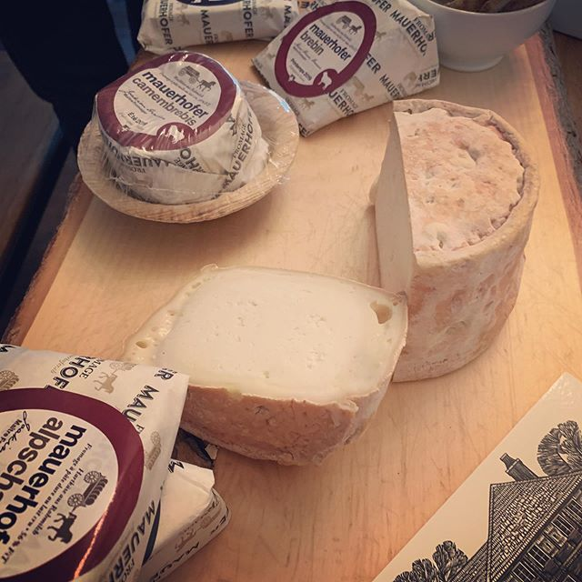 Des délicatesses à savourer avec La Meule ! Les délicieux fromages @fromagemauerhofer #swiss #authentic #terroir #emmental #gourmet #chefstable #swisscheese #traçabilité #respect #tradition