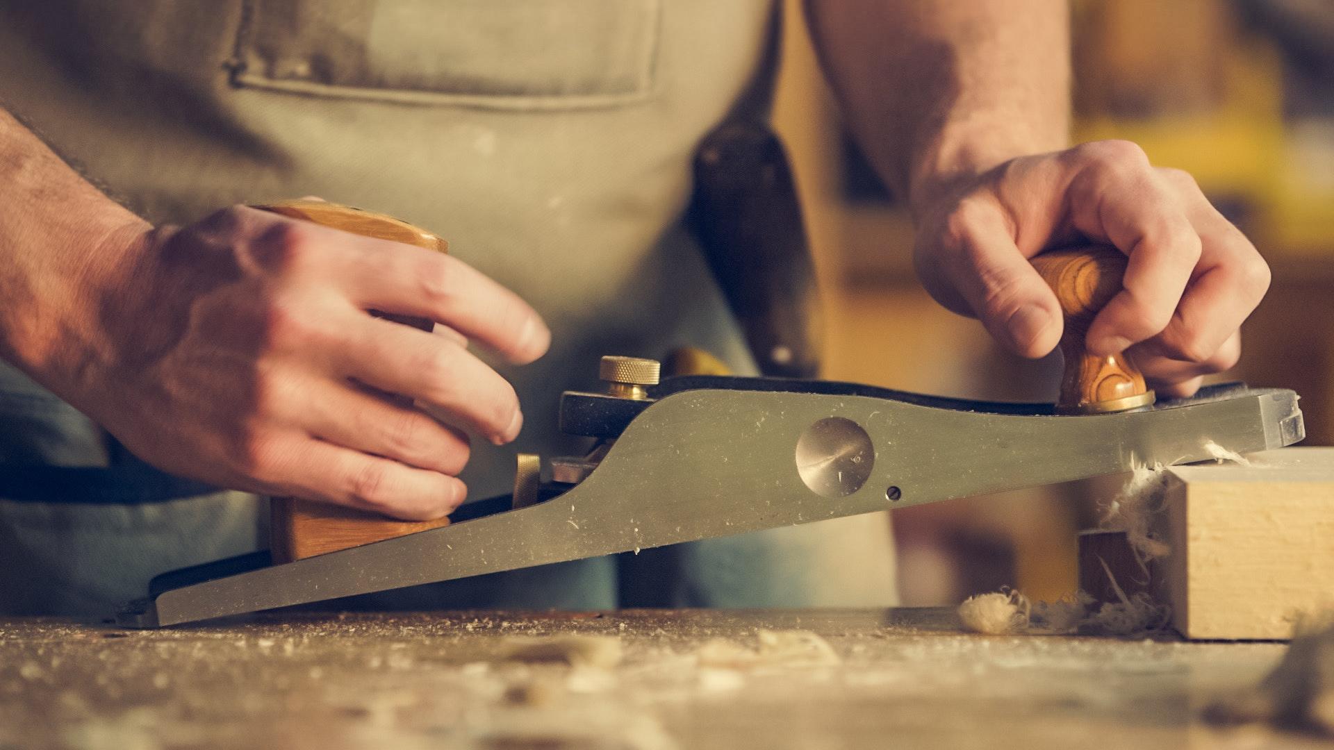carpenter-close-up-hands-374861.jpg