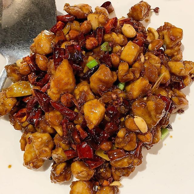 Stir-fried chicken with roasted chili peanuts from @alley41official 😋🔥 📷:@watch_me_feast