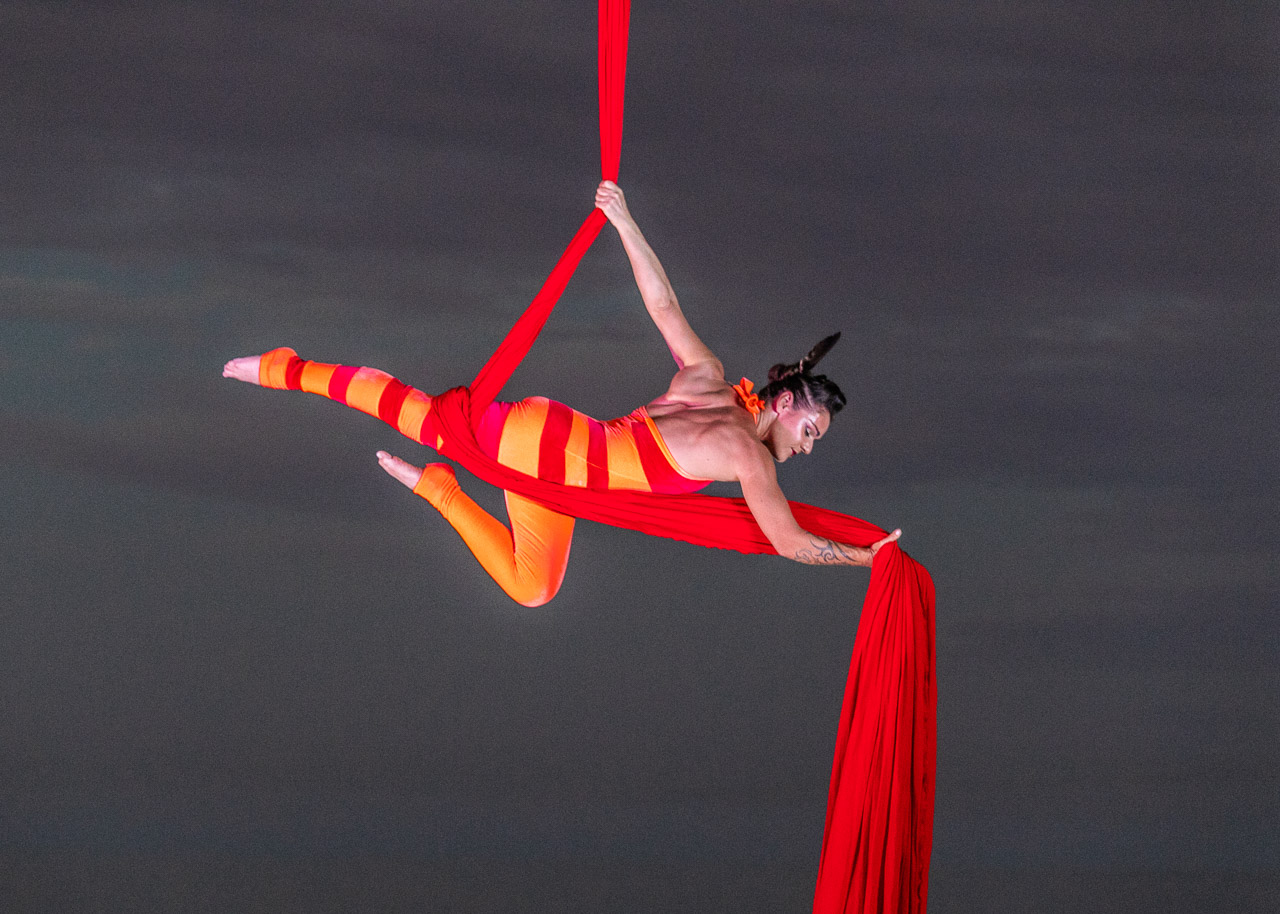 A show of strength by aerialist Theaker von Ziarno