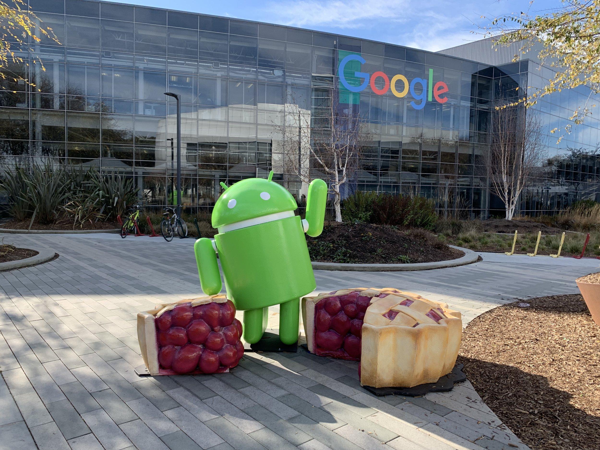 Esta fotografía la tomé en Googleplex, donde se encuentra el android de la versión en curso.