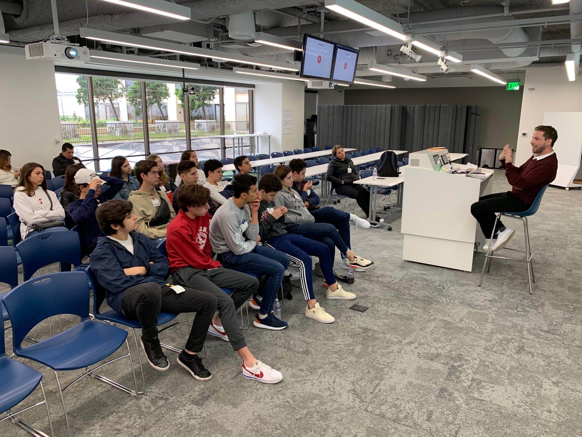 Foto en Google San Francisco, con un grupo de escuela.