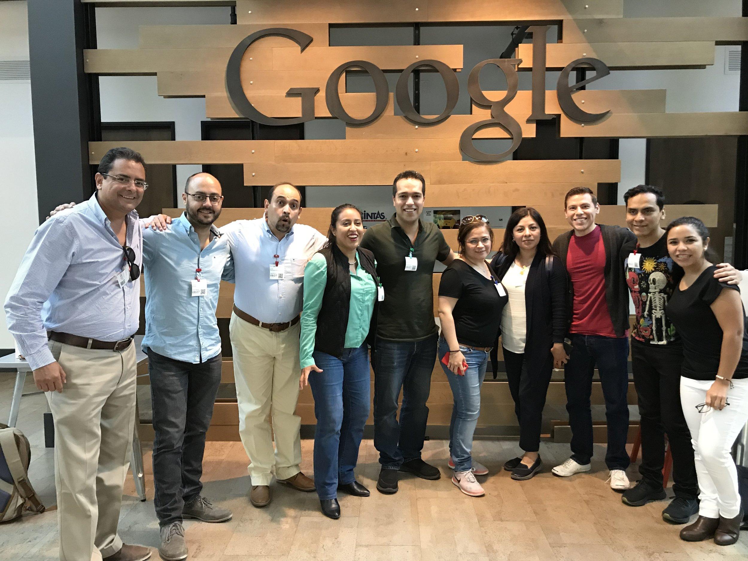 Foto dentro de las oficinas de Google con estudiantes de maestría de la UNAM.