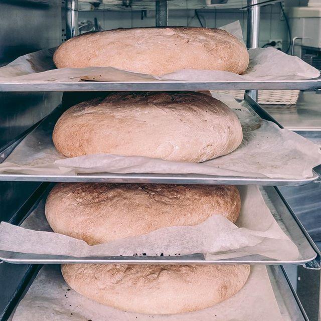 Visste ni att vi bakar allt bröd själva? Snacka om lokalproducerat! 😃 #bread #homemade #homebaked # locallyproduced