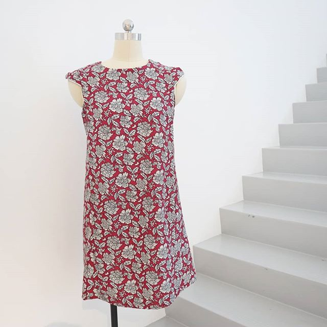 Sophie's dressmaking workshop at the BERNINA Concept Store:  Make this beautiful crepe dress, dressmaking techniques such as sewing a cap sleeve, sewing pleats and more.