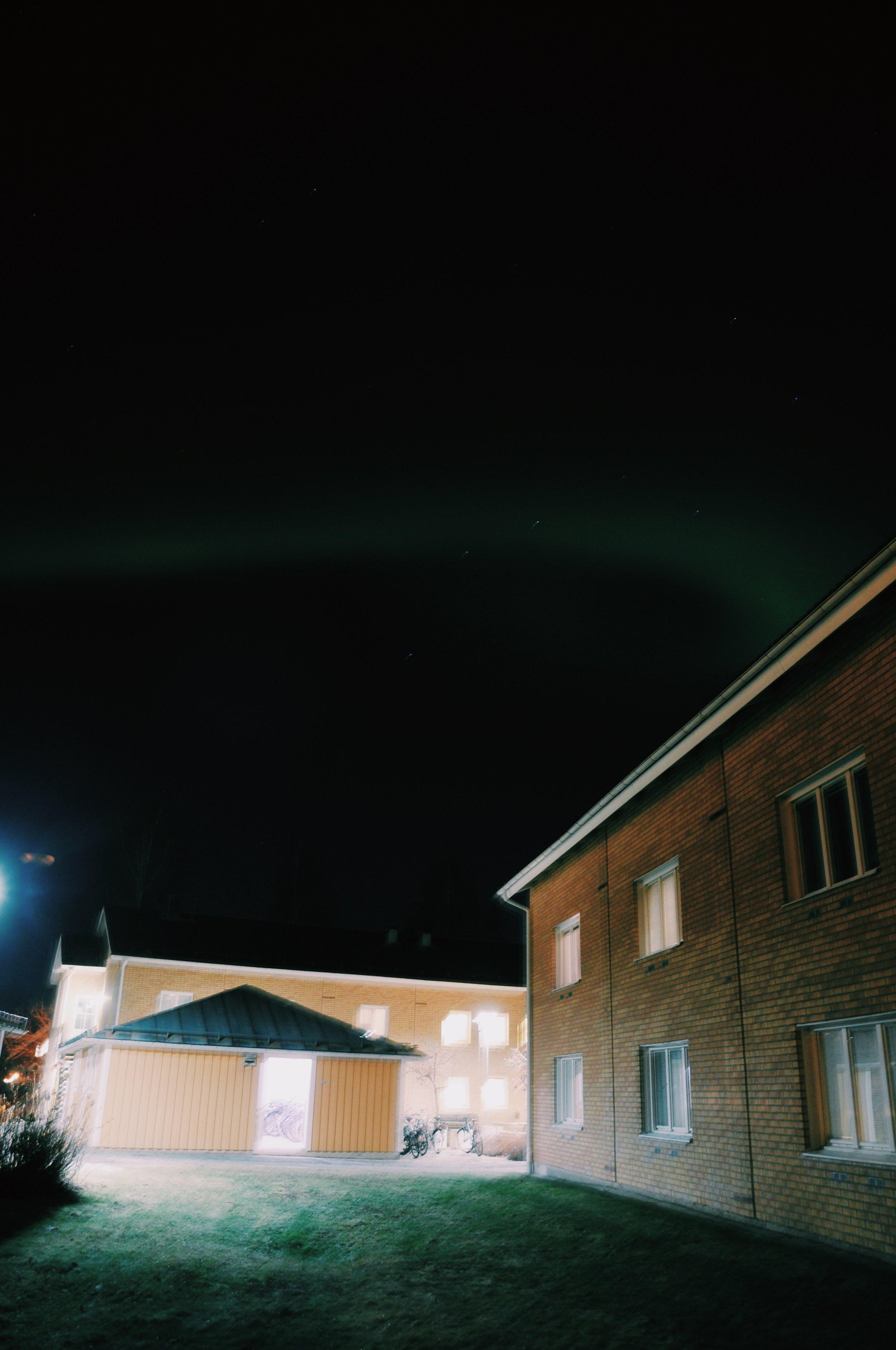 To była nasza pierwsza zorza w życiu. Tu widać, że dosłownie 'wchodzi' do naszego okna :) To dopiero widok - zasypiać z tańczącym niebem nad głową.