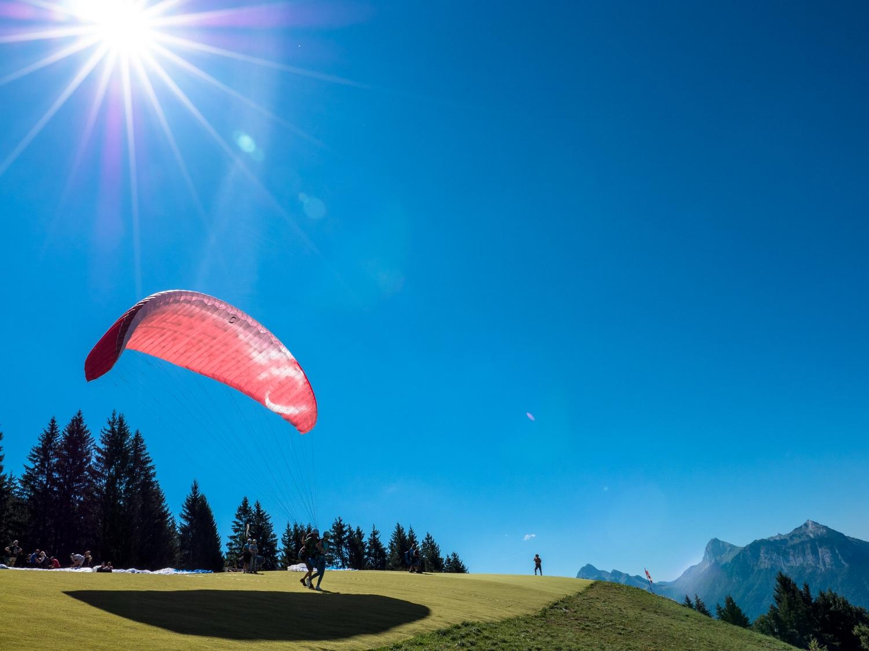 1080484_Gleitschirm_fliegen_oben_am Lac Annecy_Frankreich_Aug17.jpg