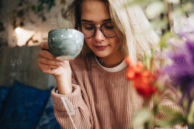 stock-photo-portrait-morning-breakfast-cafe-coffee-girl-cup-flowers-woman-1befdd55-1508-493c-af59-561f8fc2a9ed.jpg