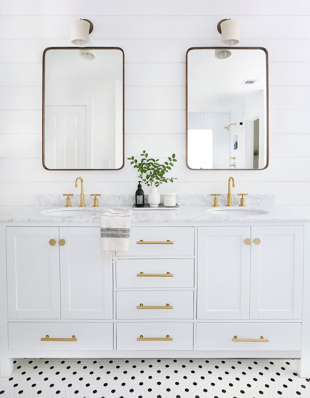 A CLASSICALLY MODERN MASTER BATH