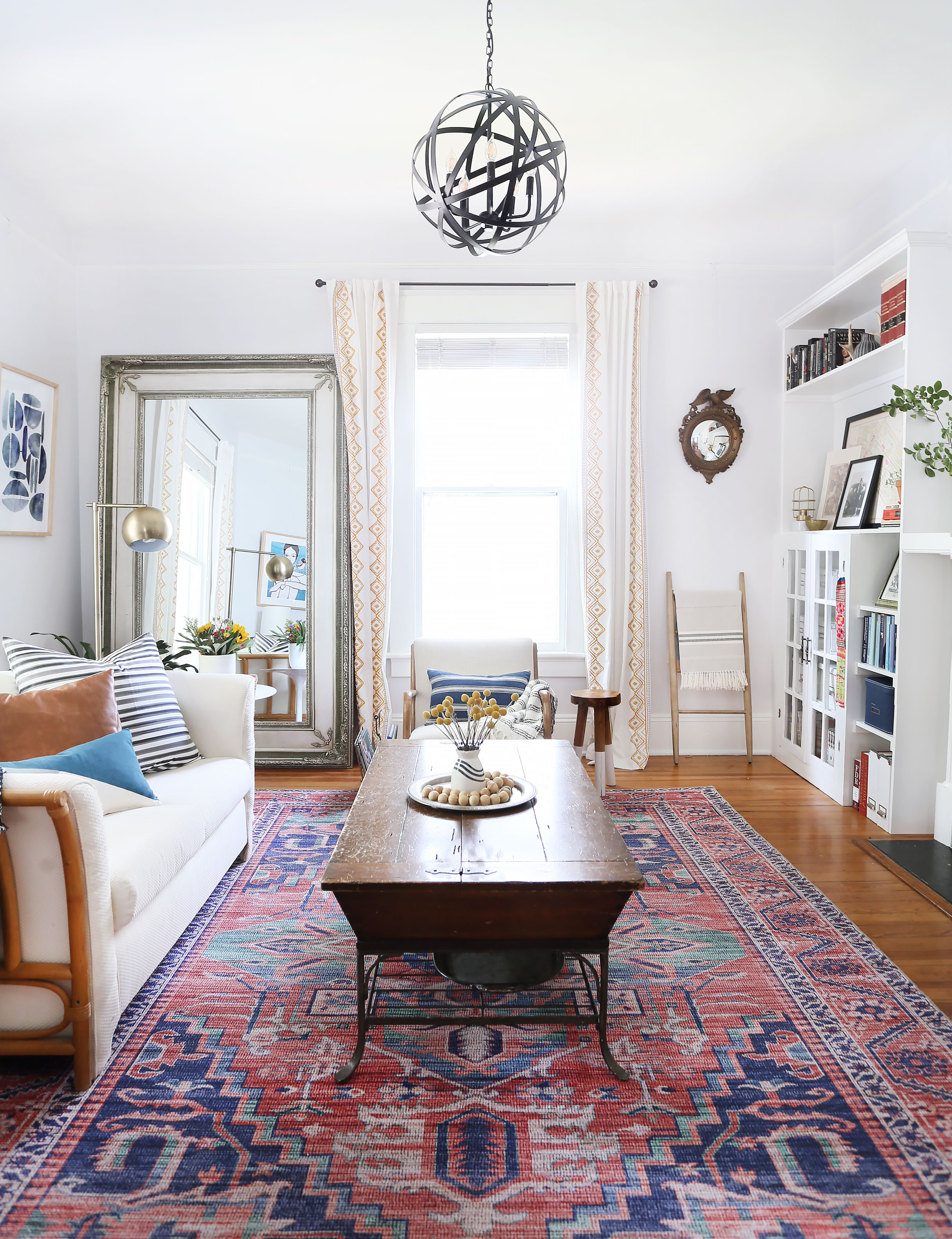 A COMFORTABLE & COLLECTED LIVING ROOM