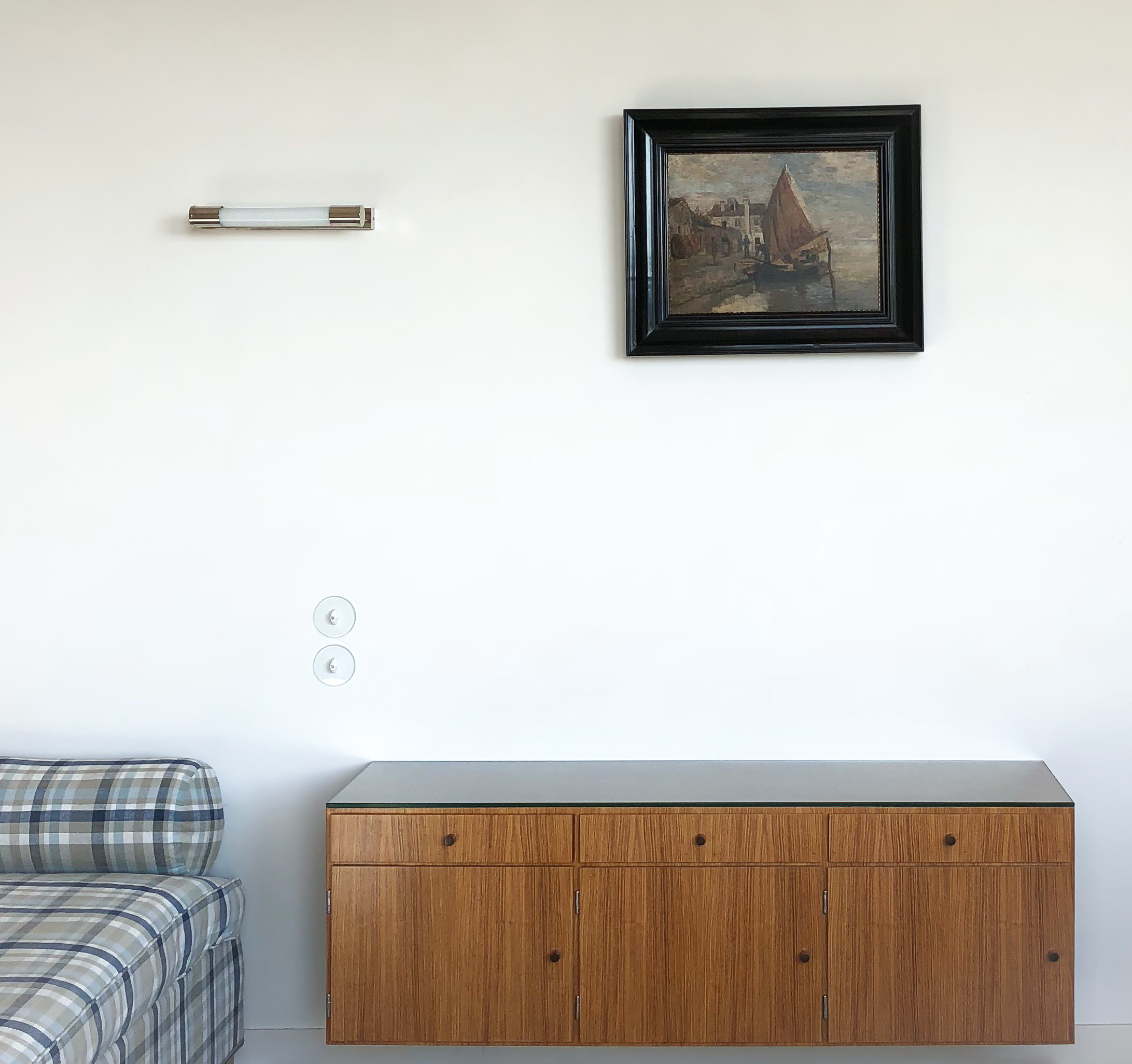 FLOATING WALL DRESSER