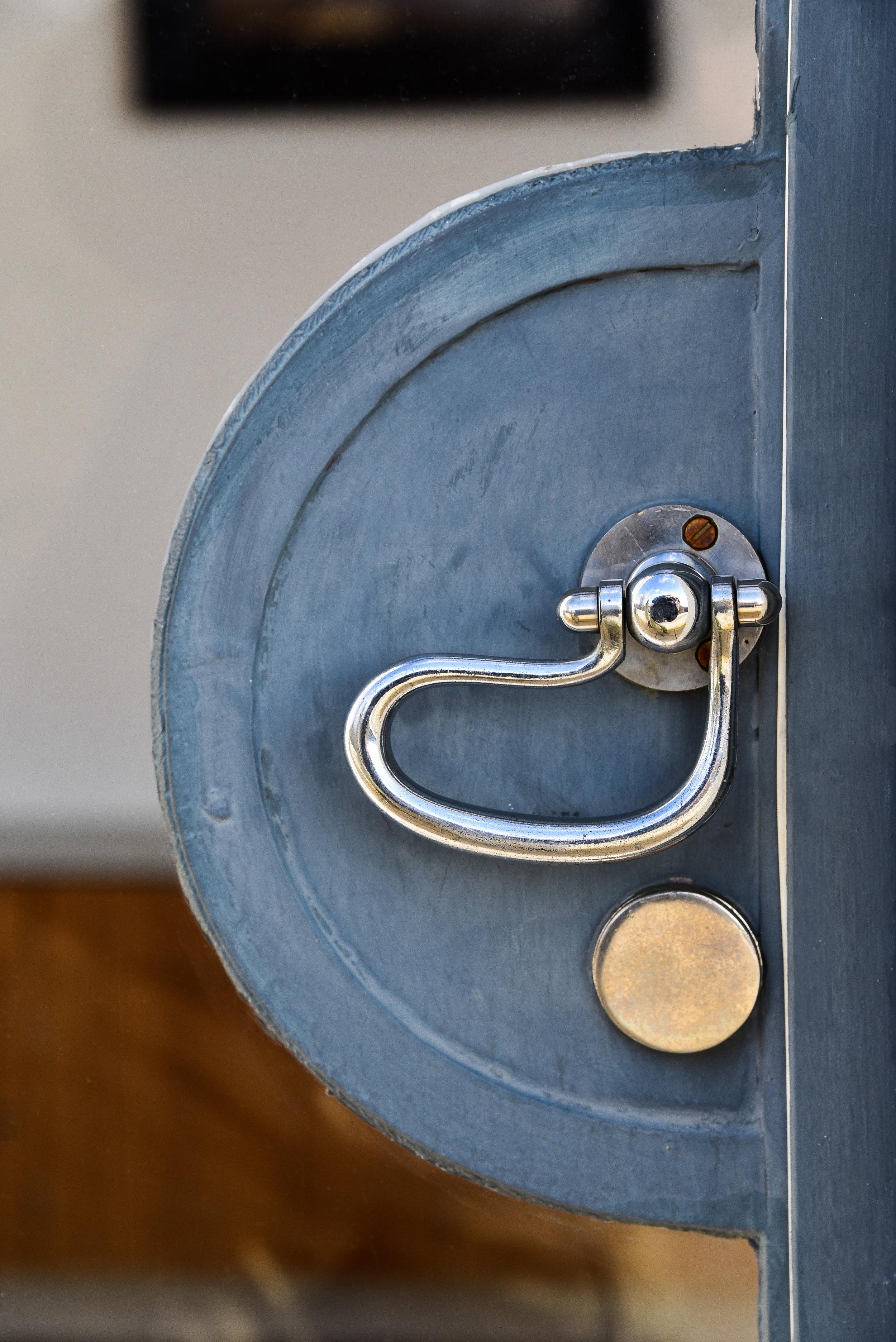 LATCHING DOOR HANDLE