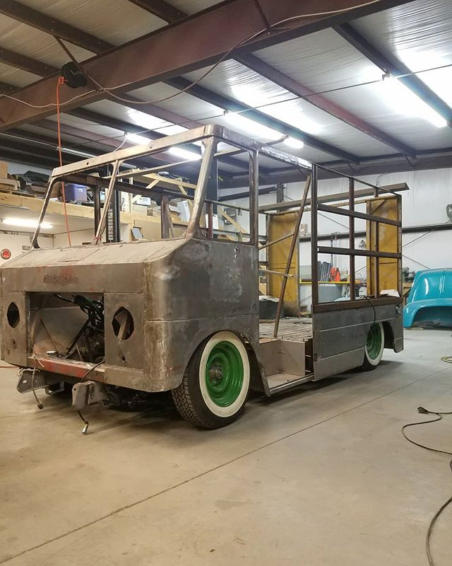 The p10 body is on the frame  And aired out  I looks sick . . . #skin #bones #skinandbones #skinandbones #skinandbonesfab #fabrication #welding #patch #chevrolet #c10 #chevy #cheverolet #p10 #p10stepvan #stepvan #ridetech #ridetechairride #ridetechairsuspension
