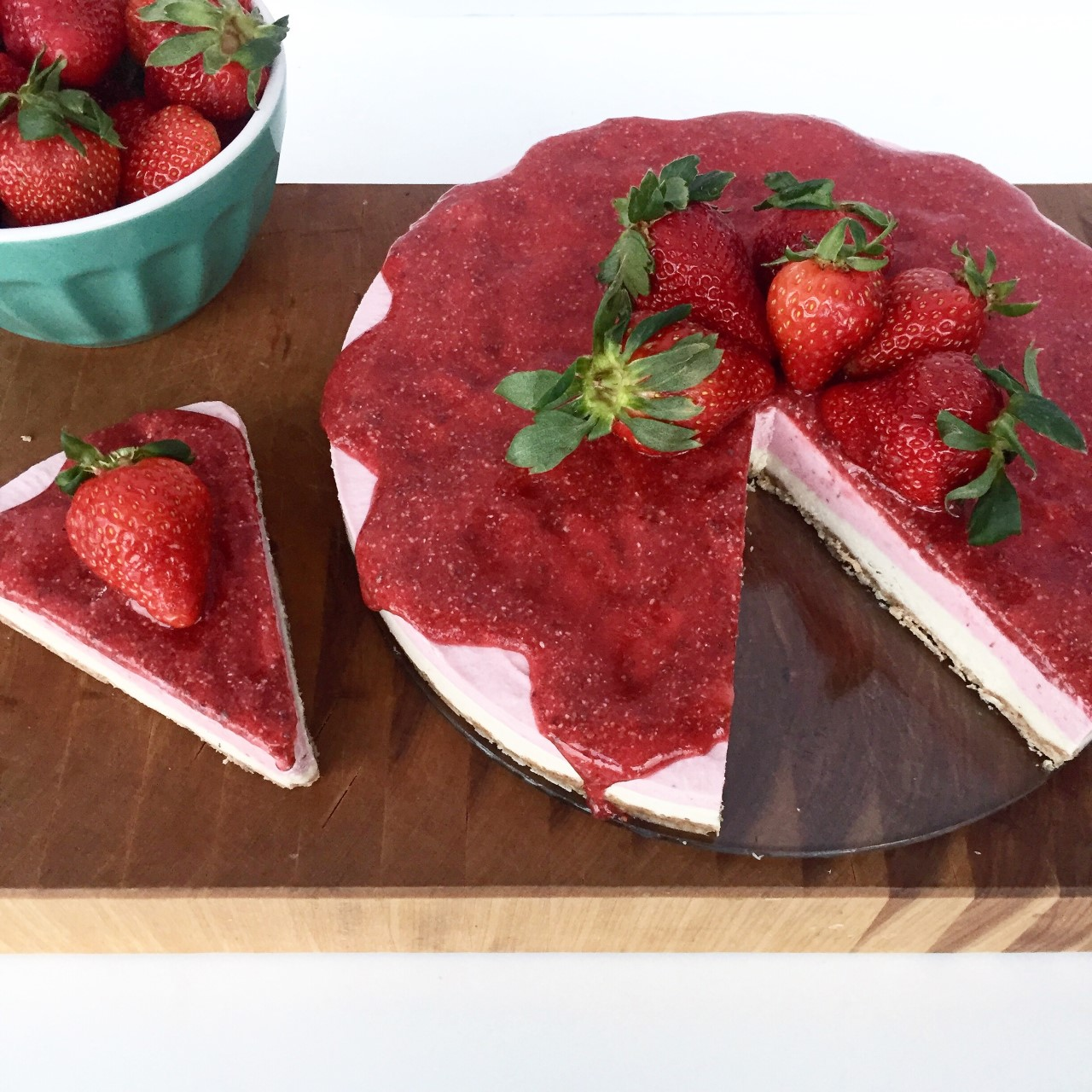 Strawberry raw cashew cheesecake