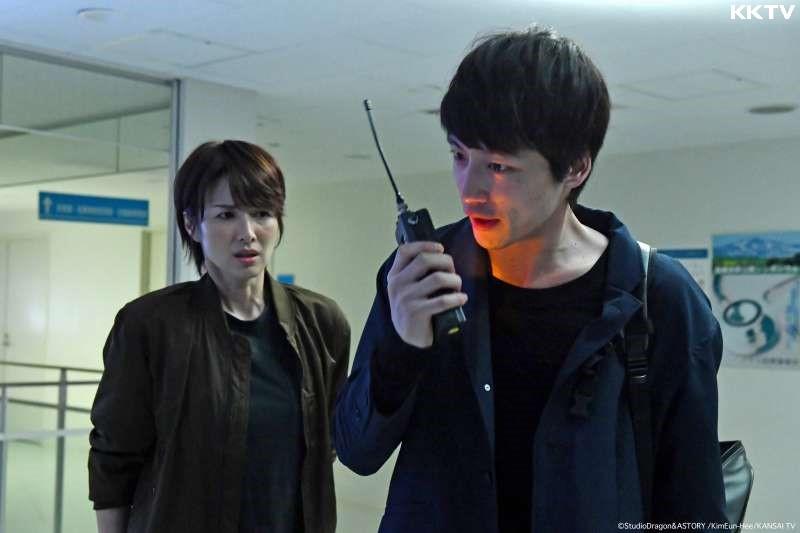 犯罪側寫師三枝健人(右)意外撿到一台能夠與過去通話的對講機。