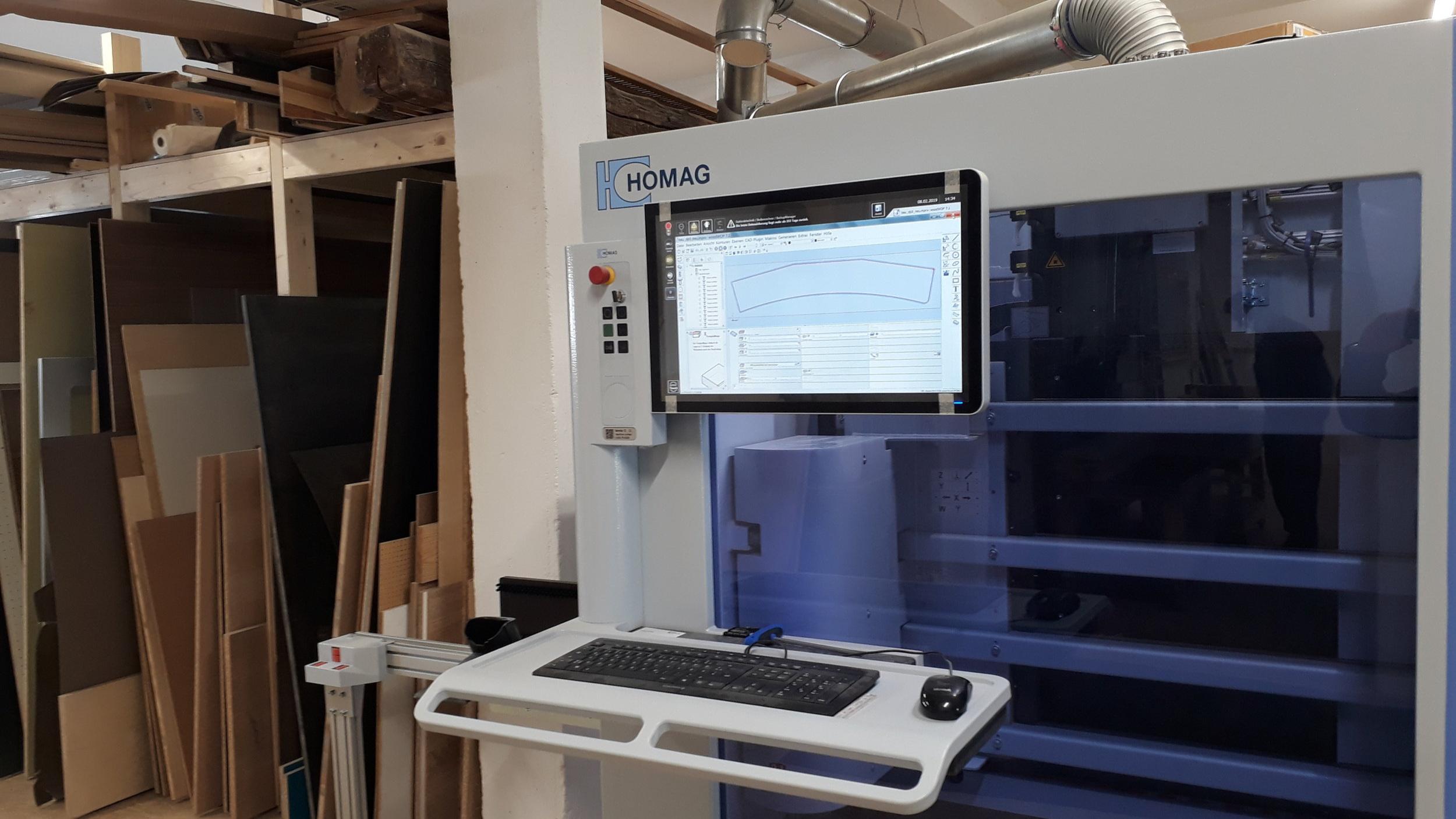 Fertigung mit Qualität - - Fertigung in unserer eigenen Schreinerei mit modernem Maschinenpark- Sie profitieren von kurzen Wegen und kurzen Reaktionszeiten- Direkte Anbindung von der CAD-Planung an die MaschinenReduziert die Kosten in der Fertigung- handwerkliches Können vereint mit moderner Technik