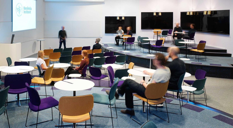 STRIX   Föreläsningssal med nivåskillnader likt ett soppteater. En interaktiv föreläsningssal med skrivtavlor läng alla väggar och ett informellt sittande som uppmuntrar till interaktion genom sitt cirkulära sittande  Uppdrag för Link Arkitektur  Klient: Karolinska Institutet/Akademiska hus  Roll: Medverkande Inredningsarkitekt  Fotograf: Mathias Nero