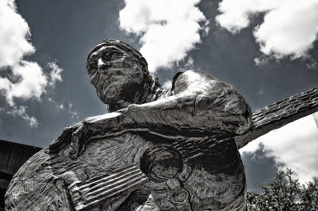 The statue of Willie Nelson, created by Clete Shields, and donated to the city of Austin by CAST. ( Image Source )