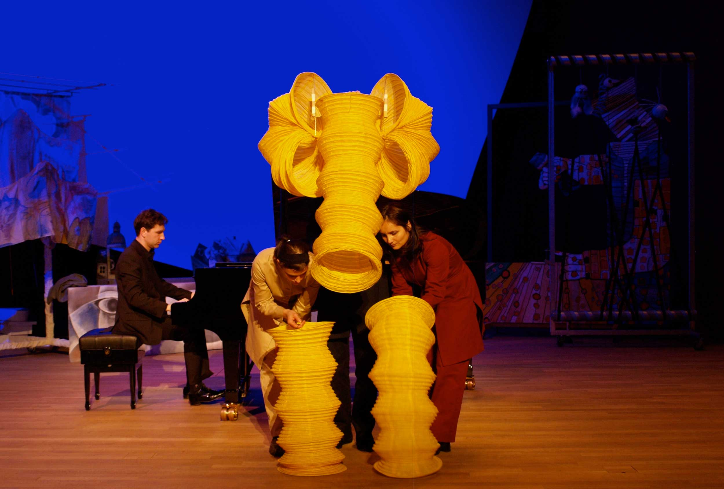 modest-mussorgsky-pictures-at-an-exhibition-visual-theatre-figurentheater-piano-elefant.jpg