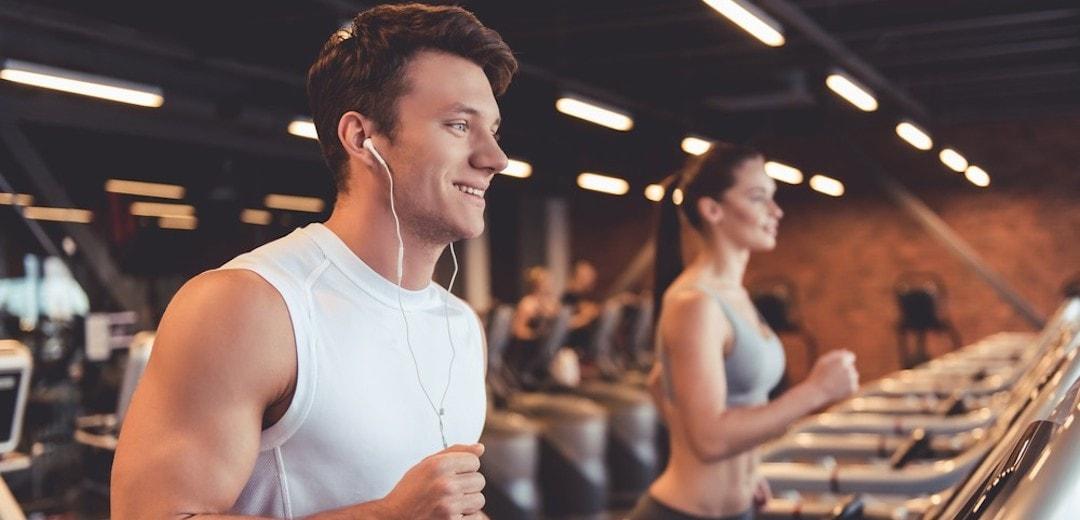 fitness-girl-usando-smartphone-e-fones-de-ouvido-no-fitness-gym_18497-433.jpg