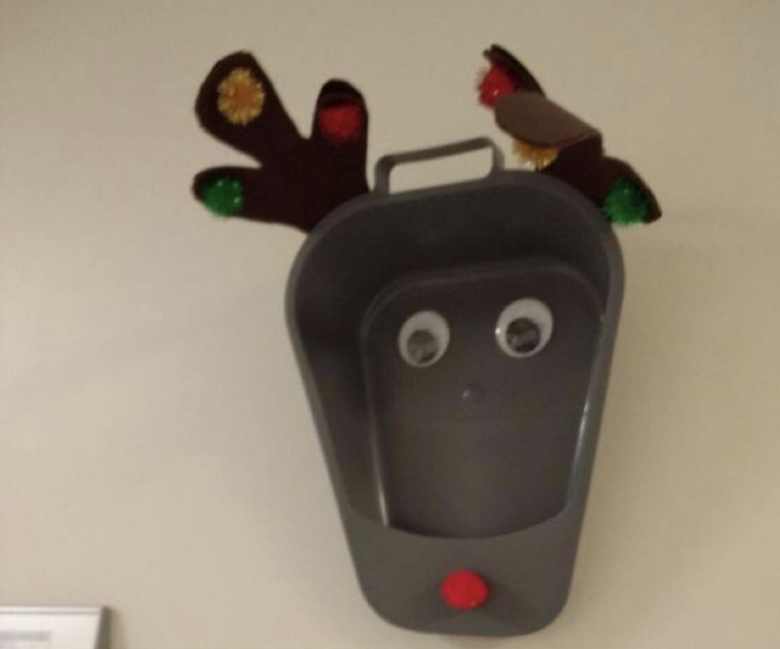 A darling bedpan reindeer with festive pompoms.