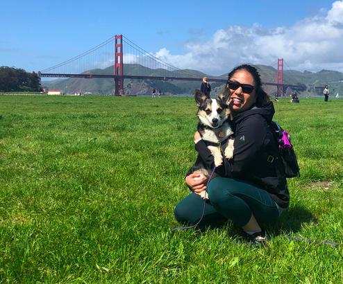 Shaina和她的小狗,Babingka,在美丽的加州旧金山。