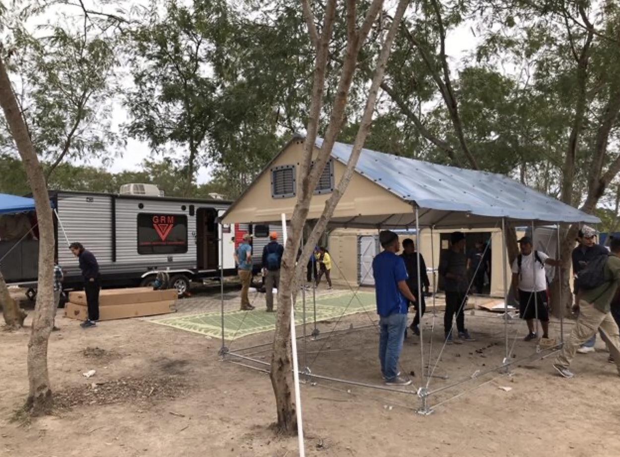 全球响应管理的流动医疗队和更好的住房10吨结构,目前坐在营地允许居民一周的每一天都充满获得医疗保健的中间。