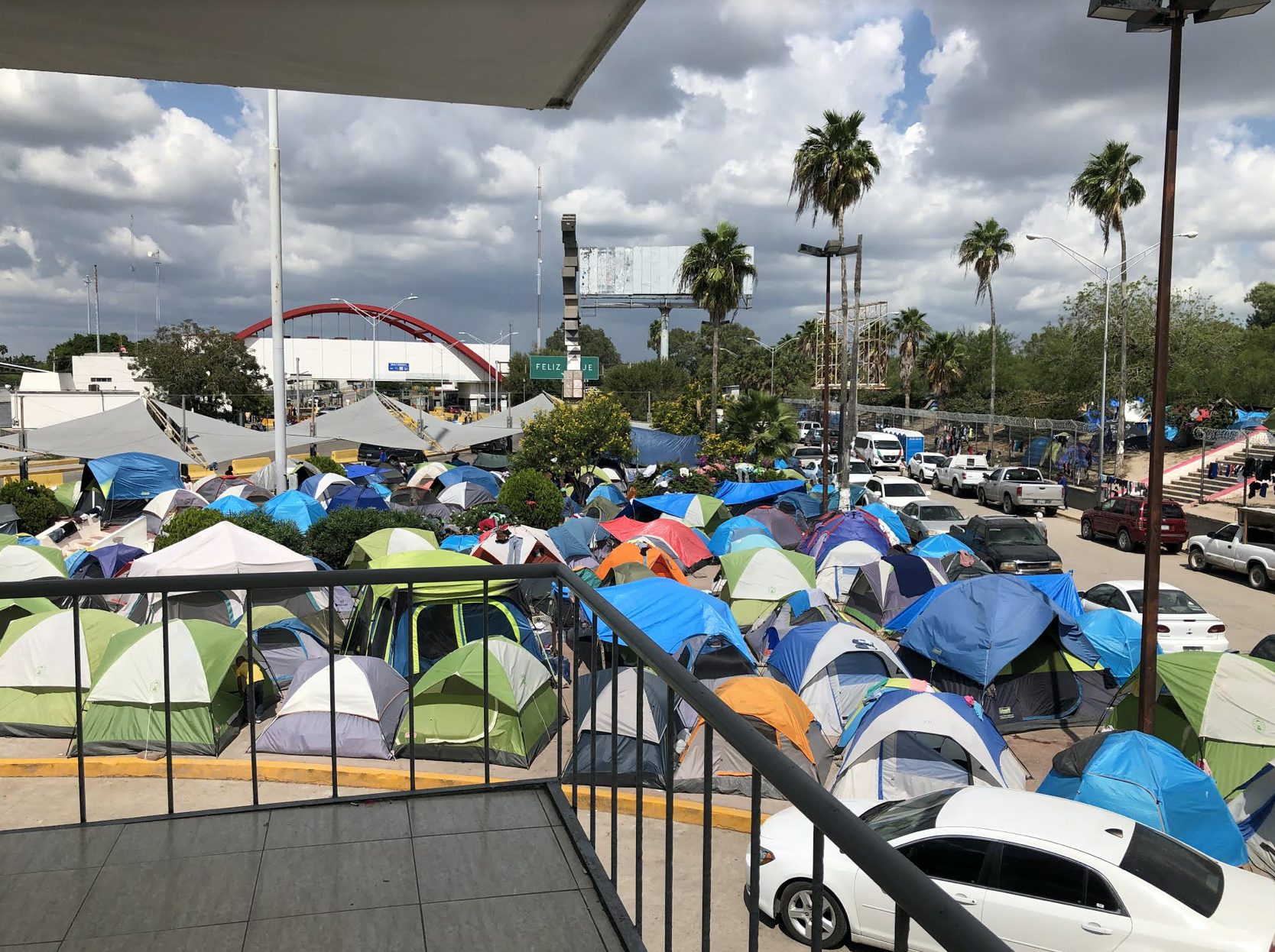 帐篷住房成千上万的难民在得克萨斯州和墨西哥之间的边界的观点。