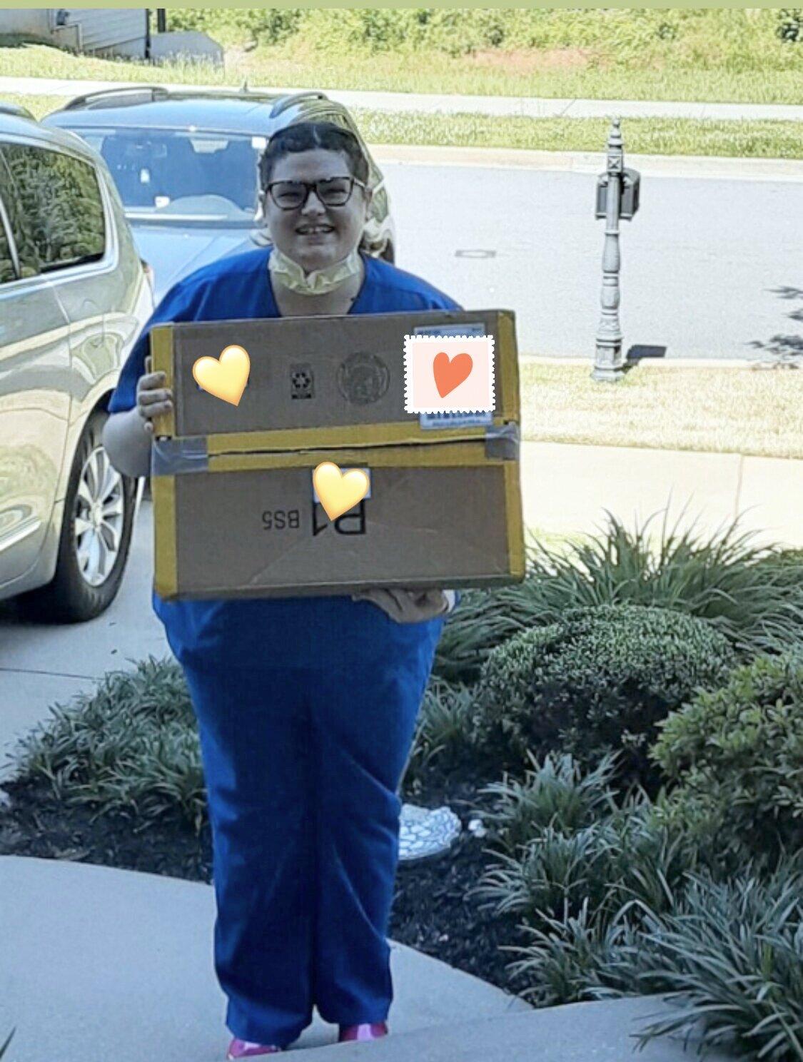 2020年5月1日:南卡新万博官方app罗来纳州的急诊科员工收到了一份新的护士PPE护理包!感谢Lindsay Grainger担任我们的SC PPE协调员!