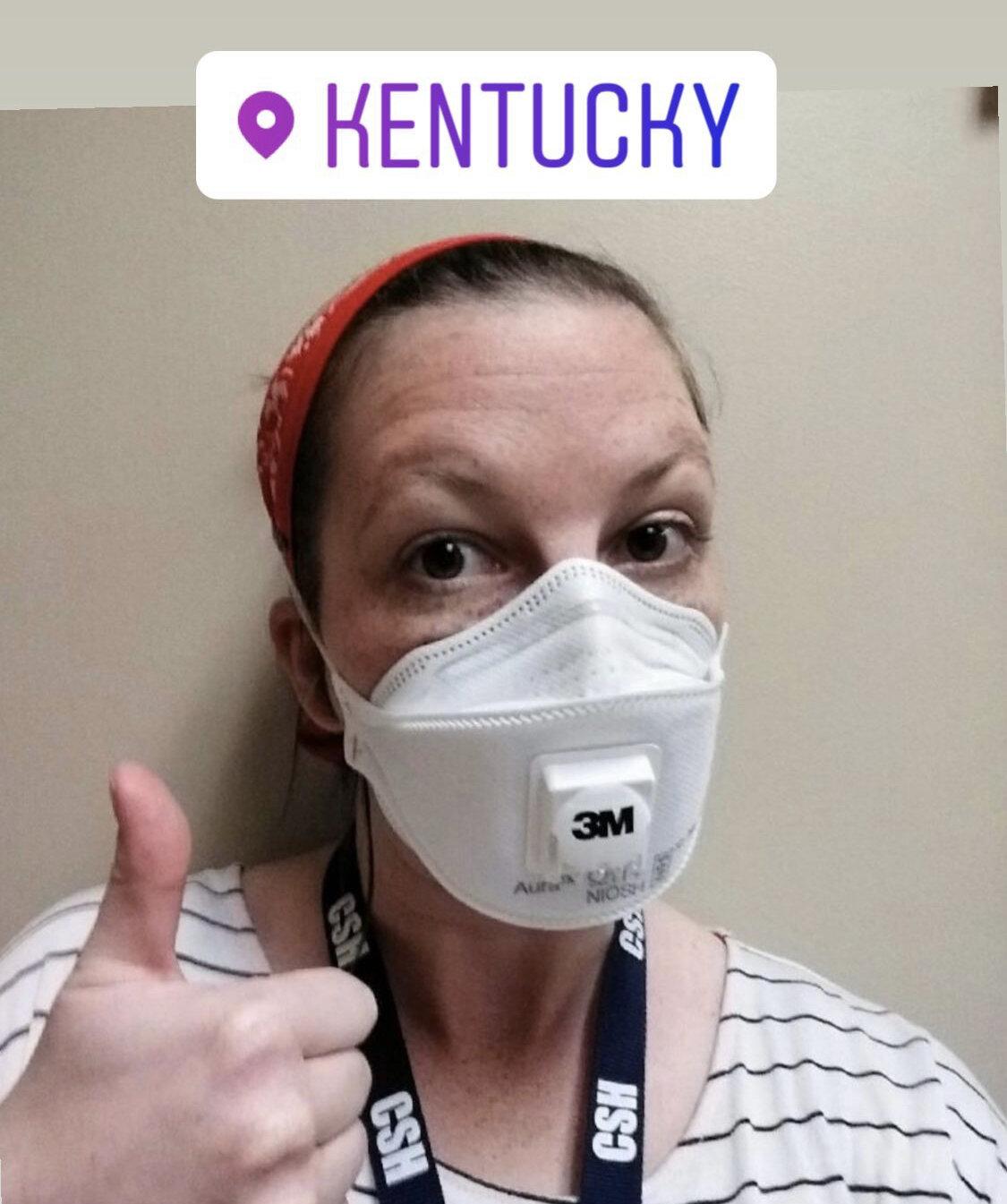 2020年5月6日:肯塔基州一家住院精神卫生机构的工作人员竖起了PPE护理包的大拇指,并表示感谢。