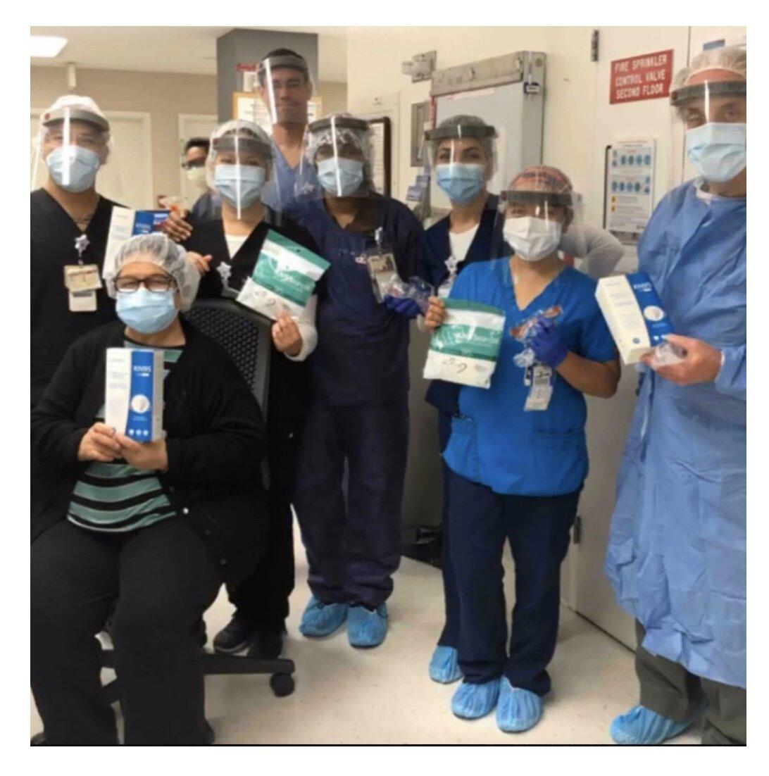 5/2020:南加州一家医院的工作人员展示他们的面罩和NTN PPE护理包项目捐赠的KN95口罩!