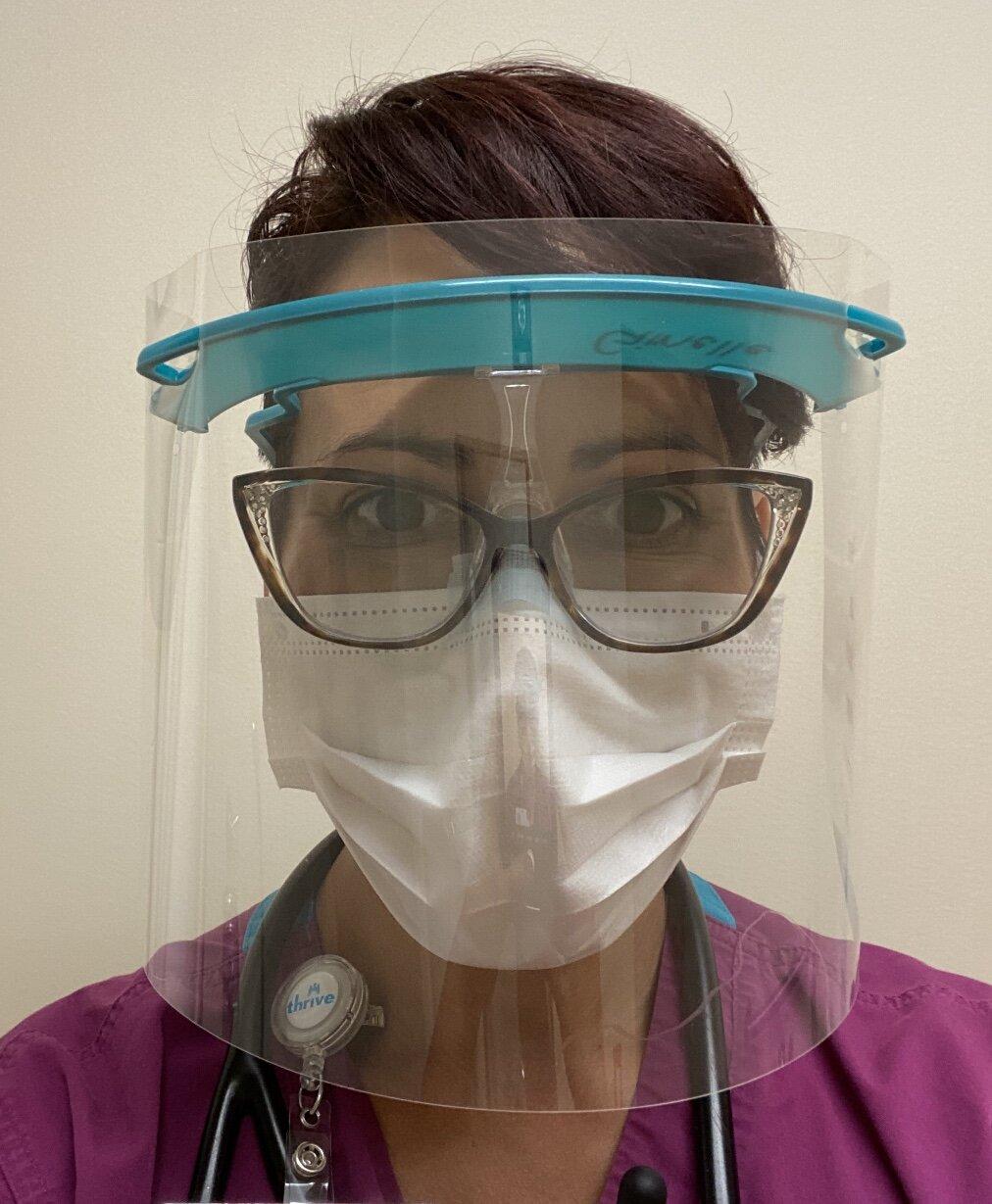 7/2020 -吉纳尔·拉施是一名紧急救援人员,也是NTN PPE护理包项目#EffingEssential资金筹集产品的设计师。在这里,她是模特适当的PPE在ED!到目前为止,我们的精华产品已经筹集了2000多美元。我们感谢不了Ginelle和她的公司Best Coast RN !点击上面的图片看看她的其他作品!