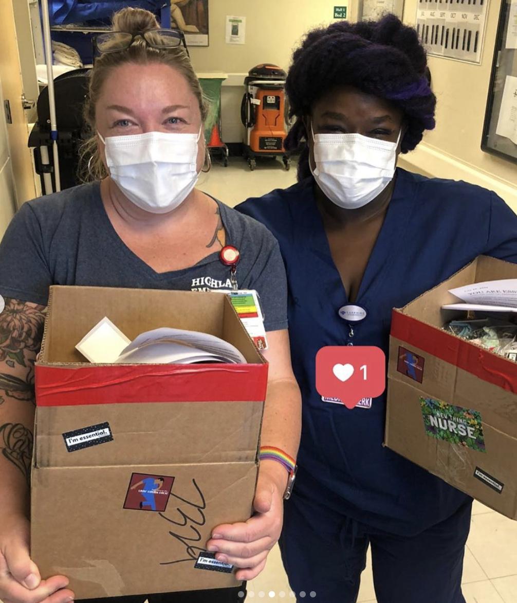 2020年7月28日:180多个磨砂帽被送到加利福尼亚州奥克兰高地医院急症科工作人员手中!这顶帽子非常特别,因为它们是由来自加州康科德的护士汤姆·斯丁森和来自爱达荷州博伊西的护士洛茜·尼科尔斯手工制作的。