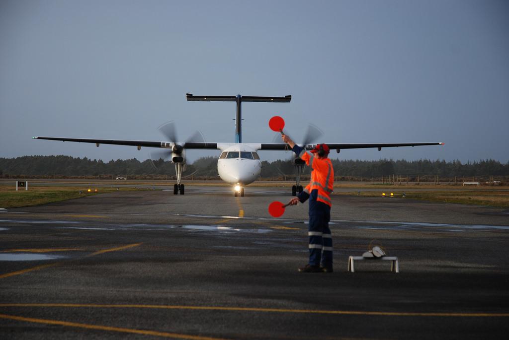 Dash 8 landing at Hokitika © rebekahl / Flickr