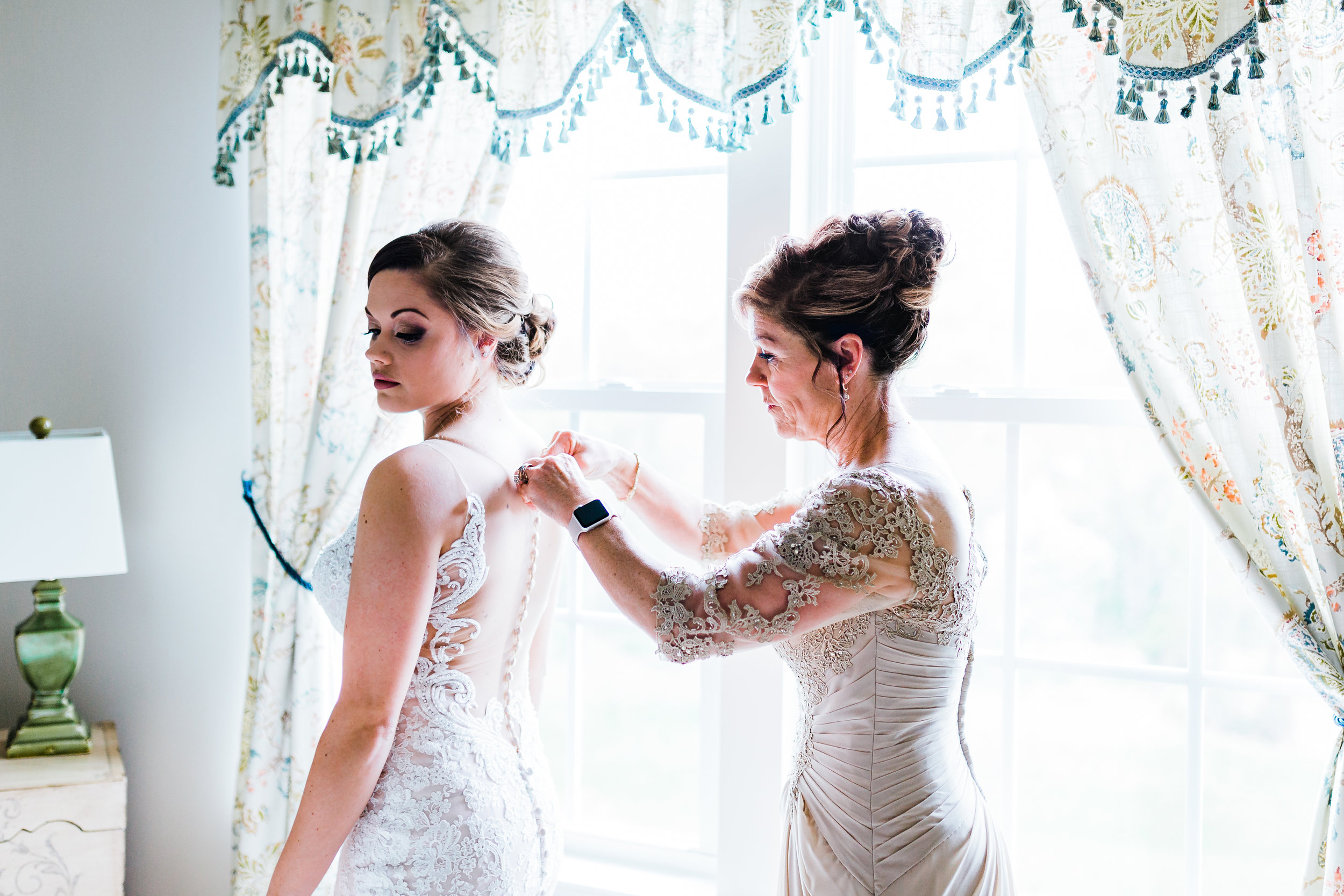 bride getting ready with her Mom in md wedding