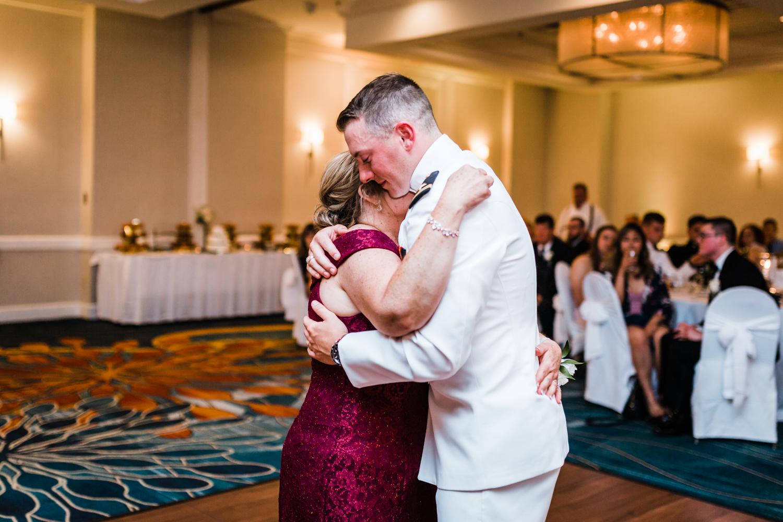 groom-mom-dance.jpg