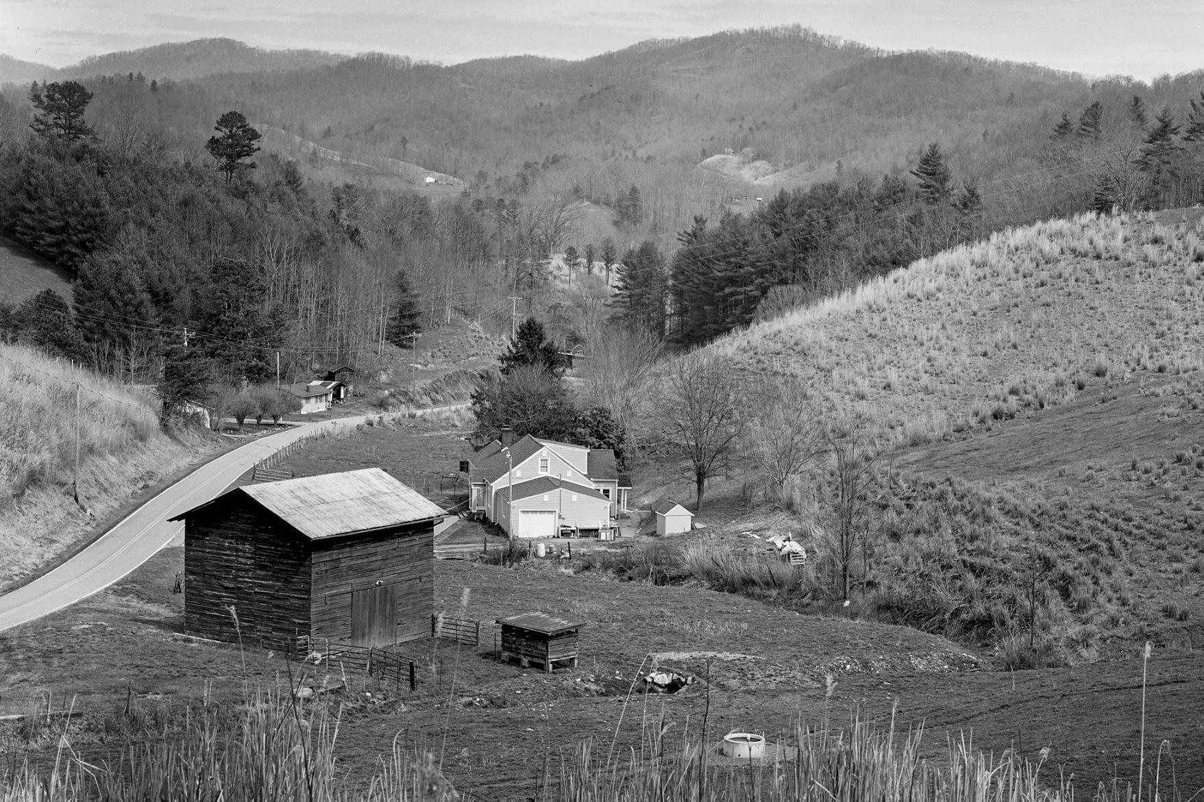 Barn, house, moutain 2-3 bw.jpg