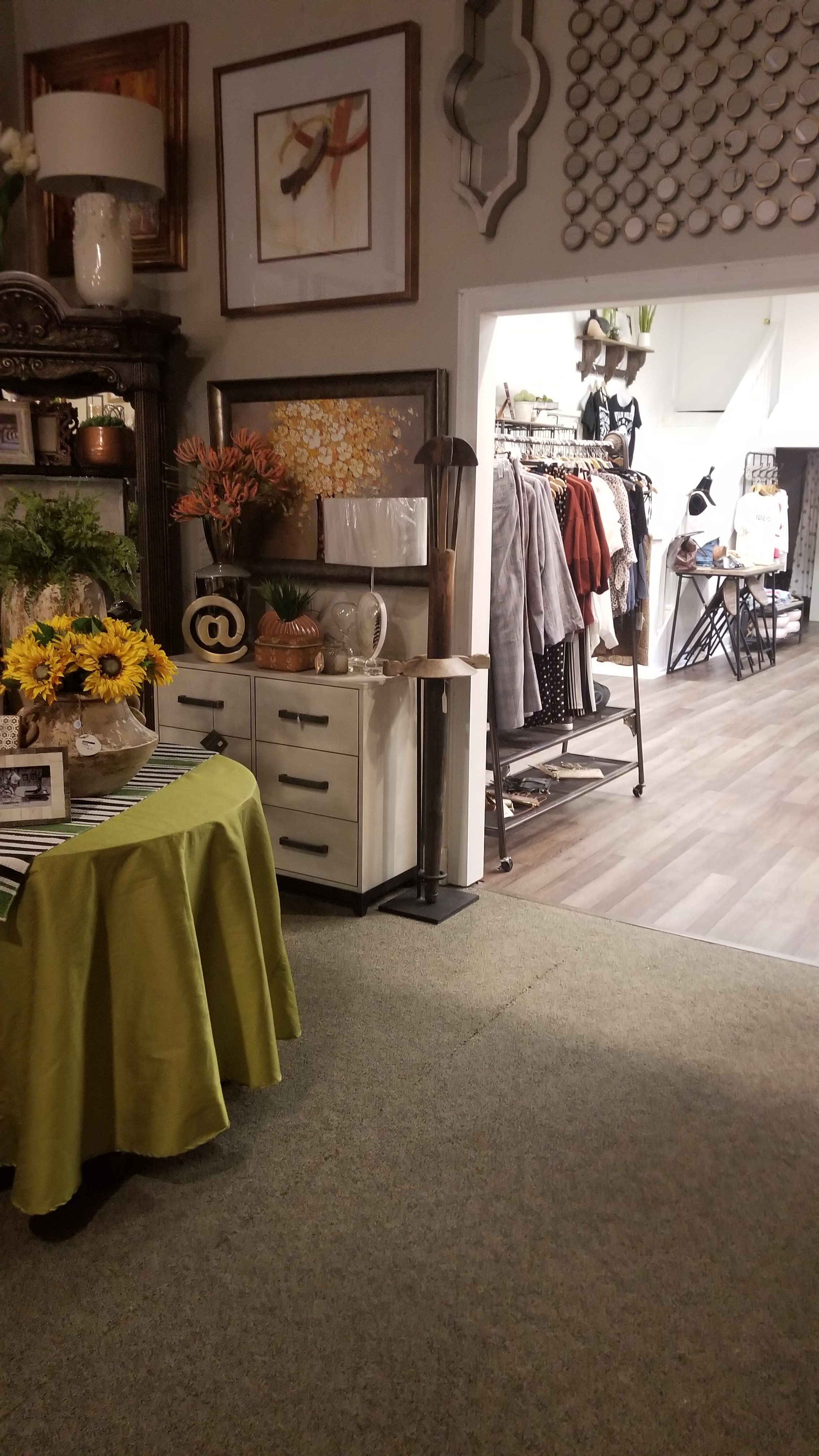 Jongee's Gifts and Boutique features trendy fashions, decor and much more.