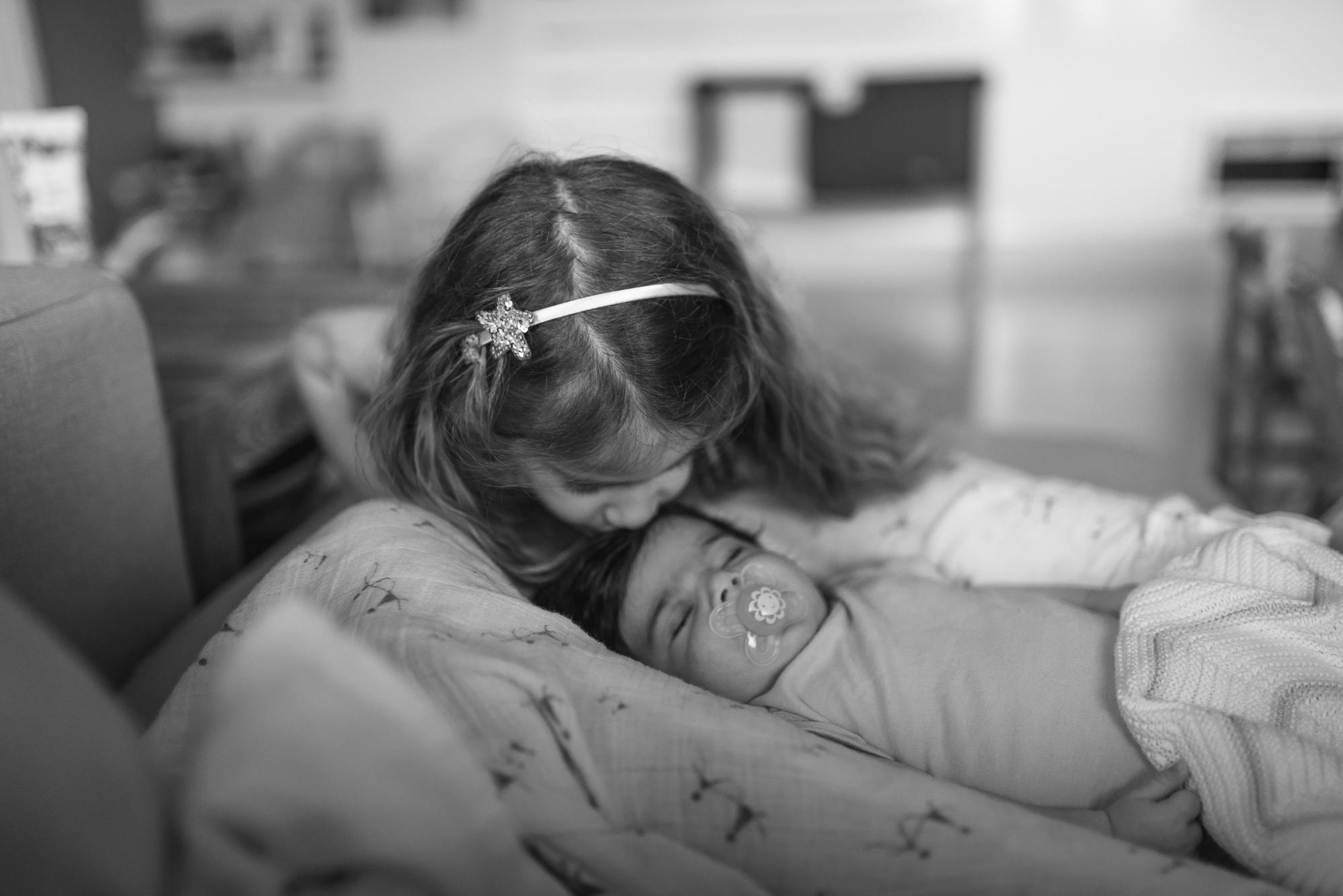 16.sisterkissbaby_Newborns&BabiesPortfolio_CMP.jpg