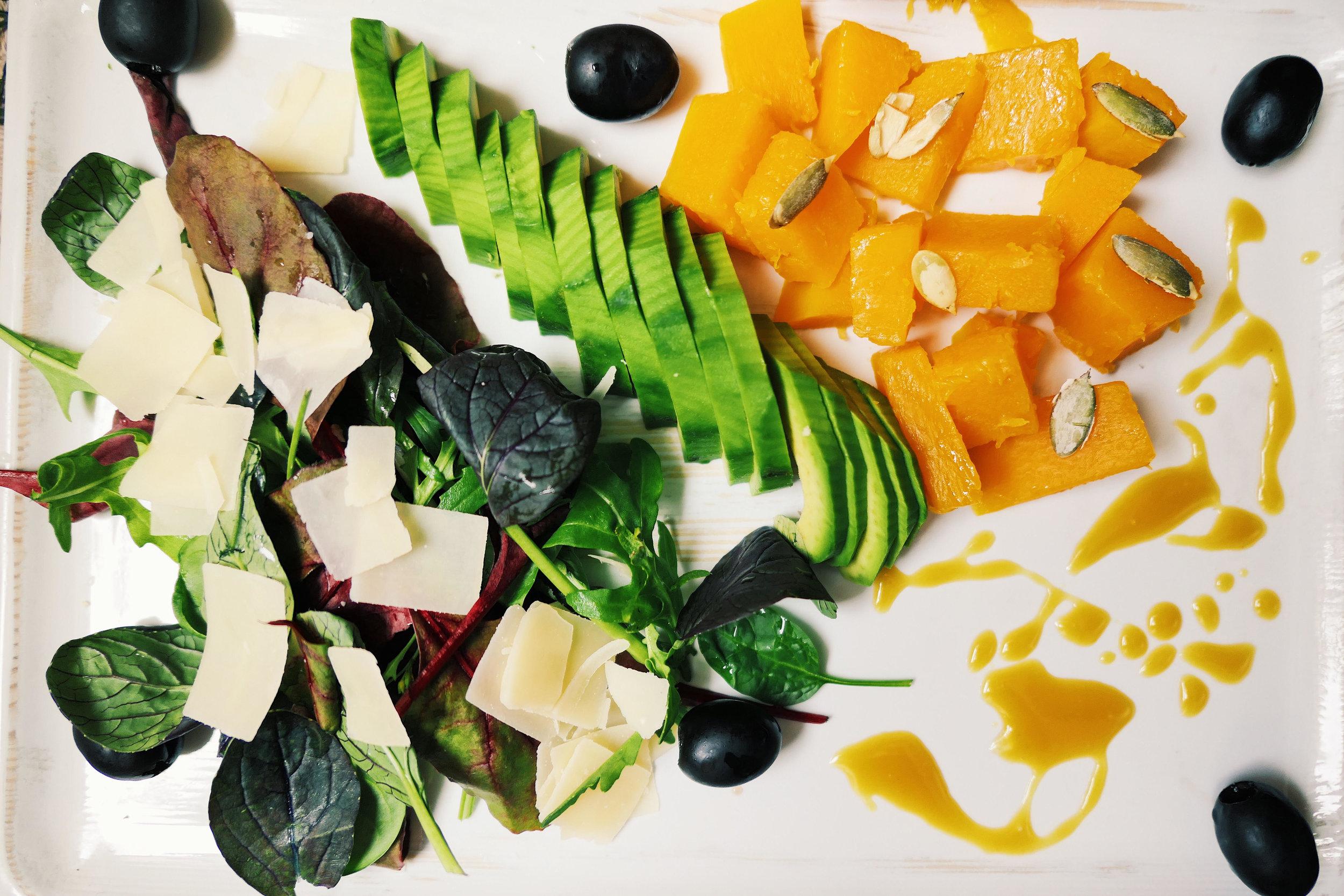 Салата с тиква - продукти:задушена или бланширана тиква на кубчета,авокадо,микс салати - може бейби спанак с рукола,маслини,тиквени семки,пармезан на люспички, горчица, мед, зехтин