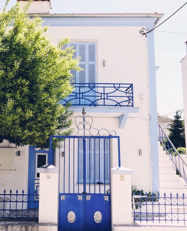 Къщи и вили в бяло и синьо – в Лименас.