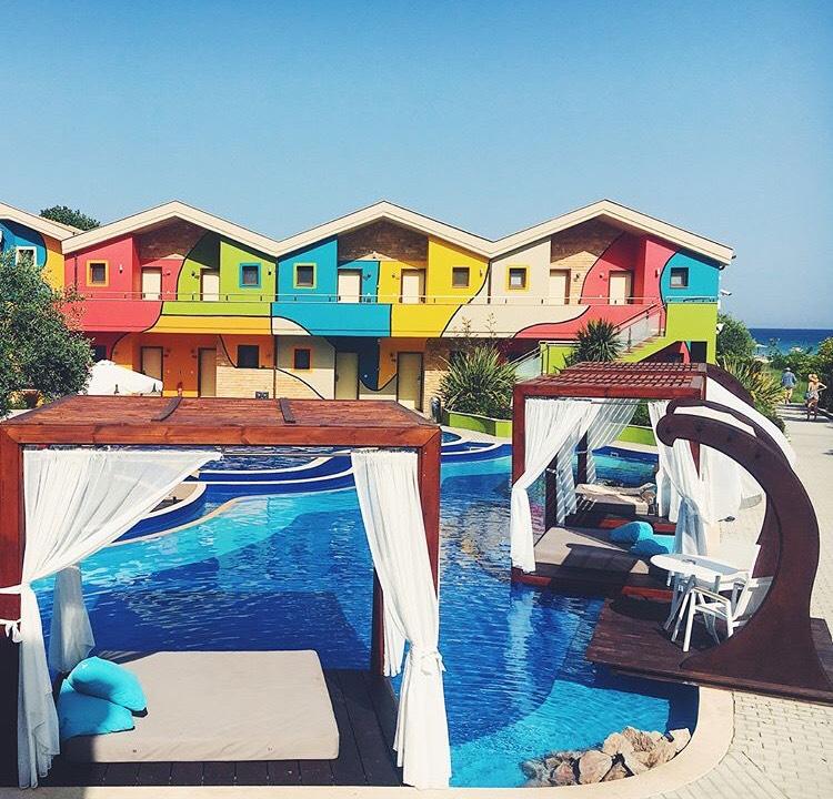 Най-цветният и скъп хотел на острова –  Alexandra Golden,  Golden Beach