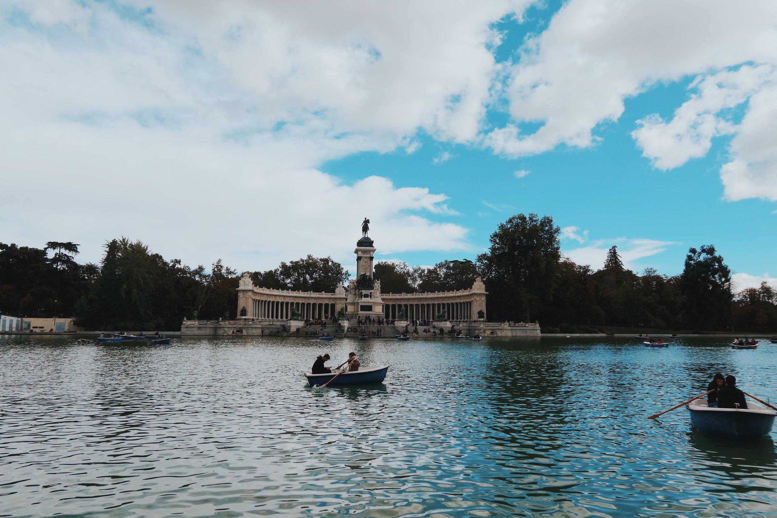 езерото с лодките на Parque del Buen Retiro, което в превод означава Паркът на/за добрата почивка и наистина е такъв
