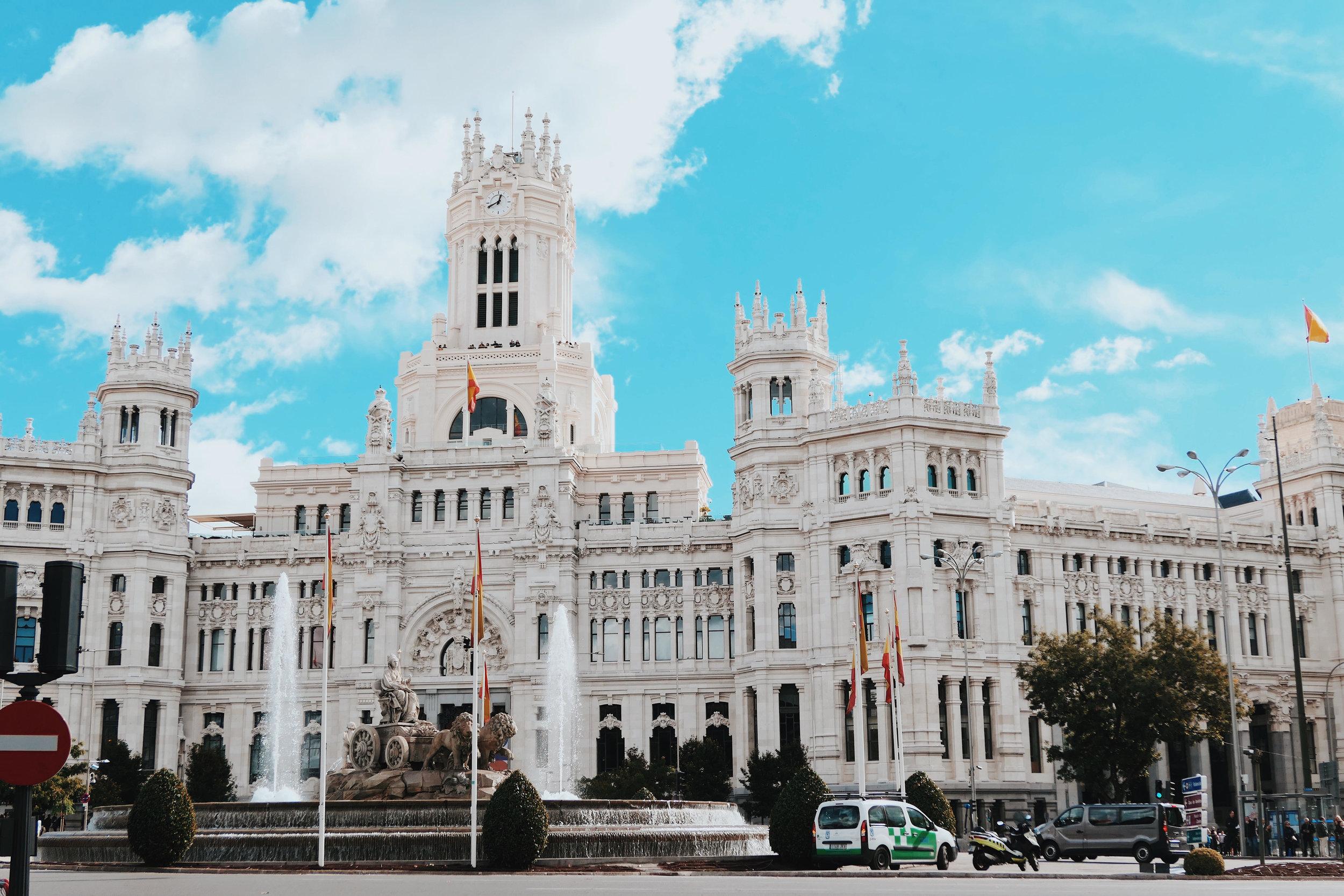 Plaza Cibeles с известния фонтан и Парламента. Преди години ни разказваха как има два големи фонтана в Мардид, в единия се къпят феновете на Реал Мадрид след победа, в другия - на Атлетико Мадрид. Тъй като никога не съм била фен на футбола, така и не запоних кои - в кой :)