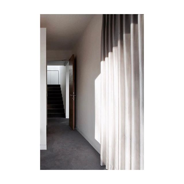 Floor to ceiling curtains add texture to this minimal space #curtains #texture #touch #cast
