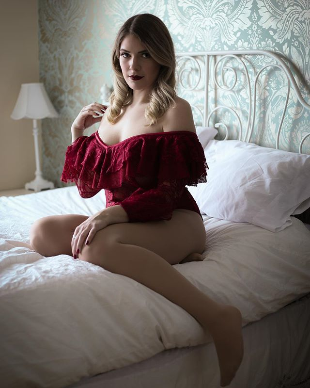 Making women feel empowered and beautiful in the skin they're in😍 boudoir sessions available to book! . . . . . . #boudoir #somethingboudoir #torontophotographer #portrait #femaleboss
