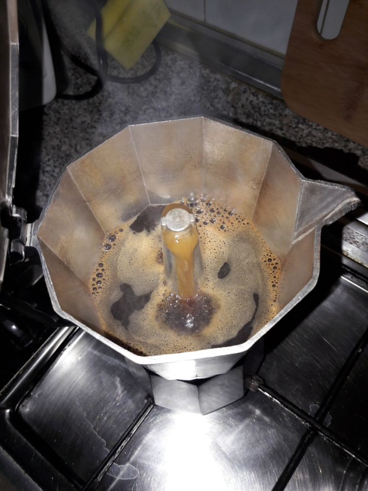 If you open the  cafetera  to check, this is what it will look like as the coffee is brewing over, almost ready!